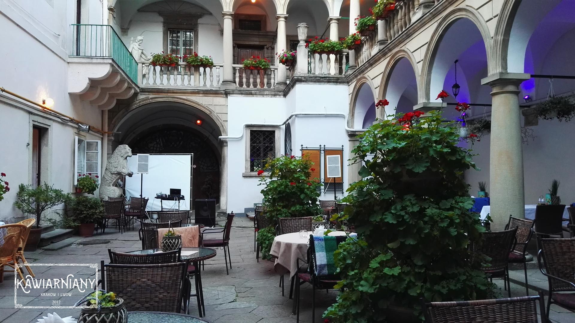 Gdzie i co jeść we Lwowie? Co zwiedzić? Włoskie podwórko – Restauracja Casa Leone, Rynek 6, Lwów