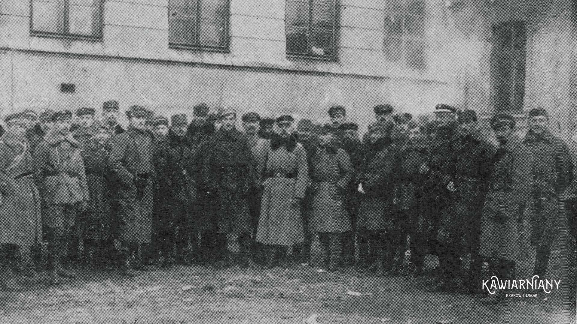 Oficerowie broniący budynku szkoły im. Henryka Sienkiewicza. Fot. Domena Publiczna