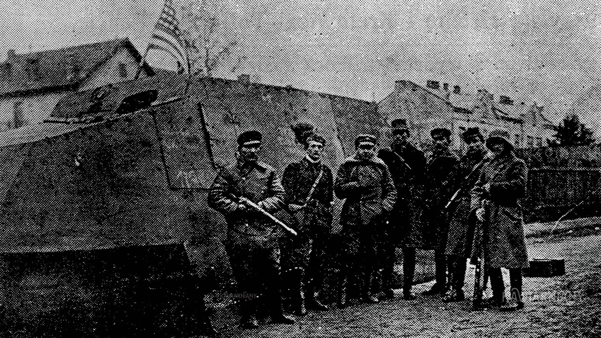Na zdjęciu Tank Piłsudski oraz Edward Kustanowicz, Eugeniusz Bernacki, Edward Świstelnicki, Aleksander Zborzyl-Mirecki, Edward Kozłowski, Bronisław Nizioł, Mieszko Kretowicz przy ul. Polnej we Lwowie w pierwszych dniach listopada 1918 roku