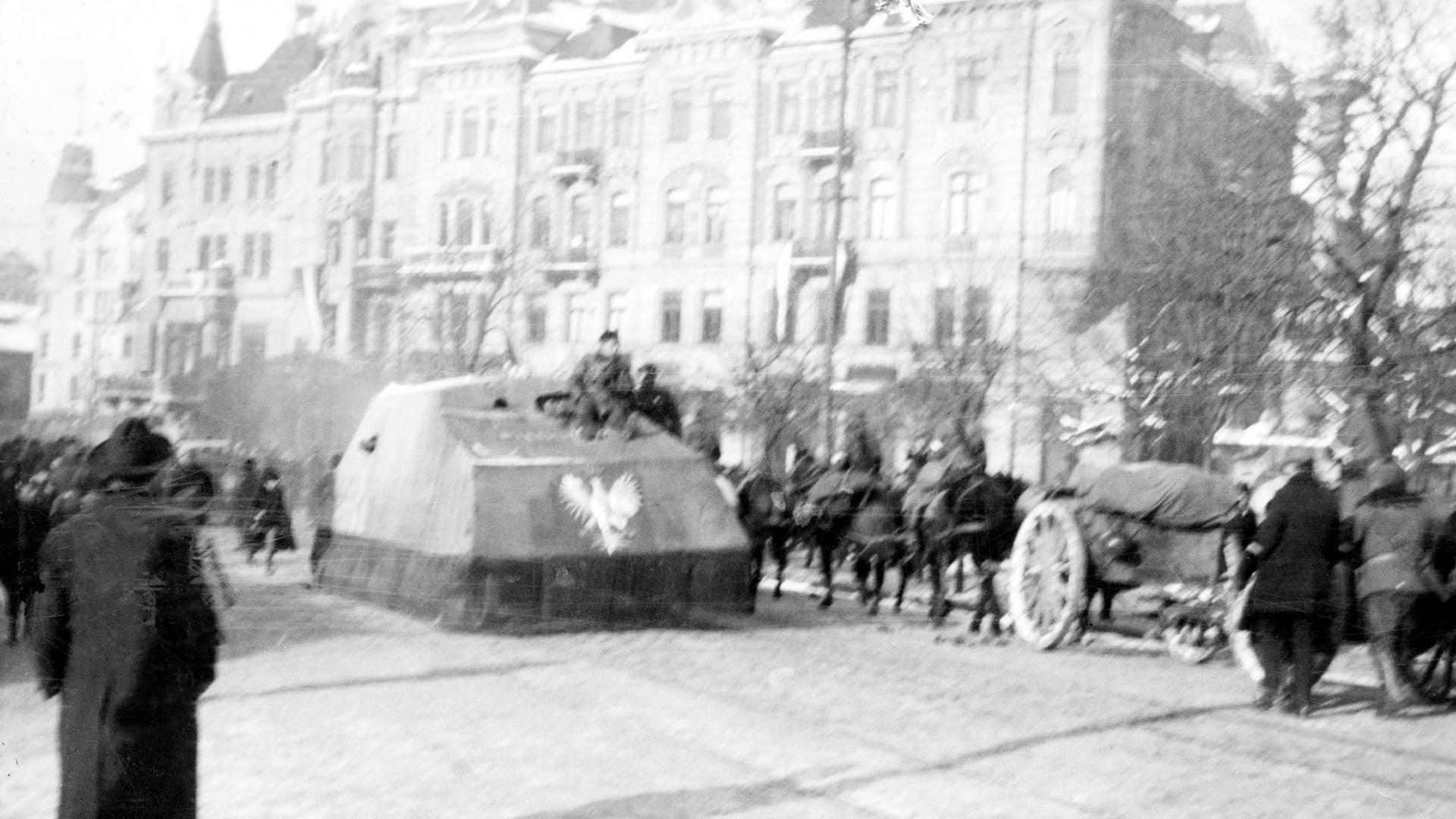 Tank Piłsudskiego na pl. Halickim we Lwowie pod koniec listopada 1918 roku. Czasem zdjęcie błędnie opisywane jest jako zdjęcie z pl. Krakowskiego. Fot. w Domenie Publicznej, NAC, Sygnatura: 1-H-356-5