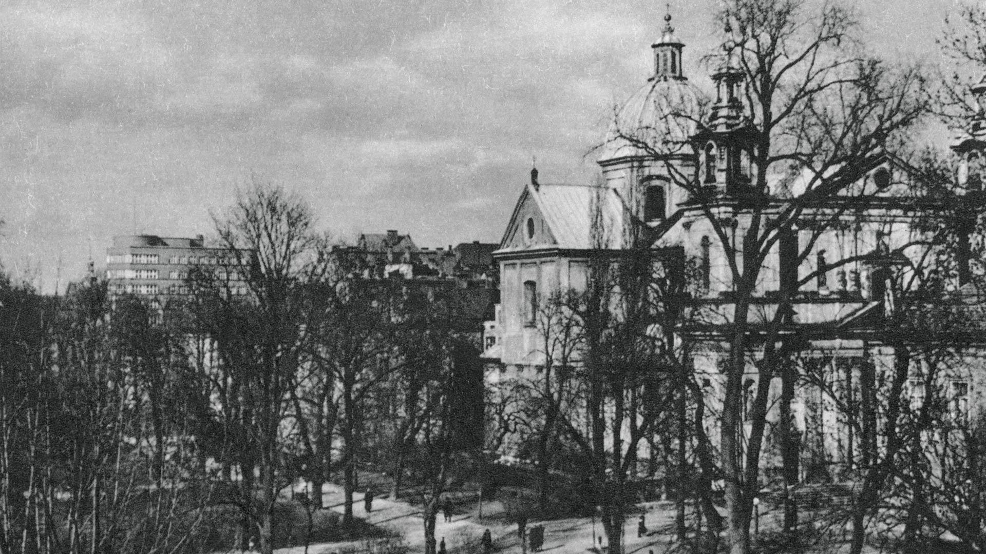 Kościół św. Anny przed wojną. Po lewej stronie widać ukończony w 1935 roku budynek Komunalnej Kasy Oszczędnościowej. Fot. Domena Publiczna