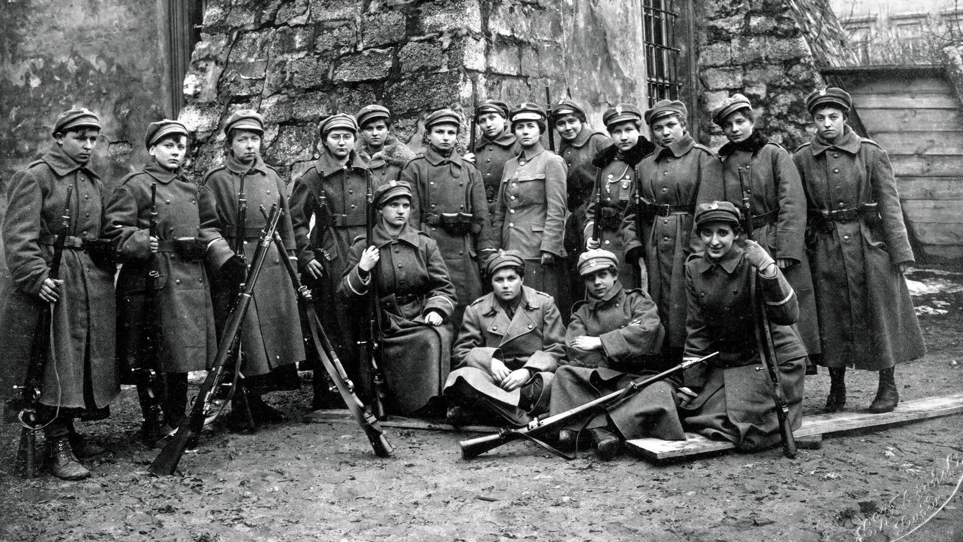 Ochotnicza Legia Kobiet we Lwowie, 1919 rok. W środku Aleksandra Zagórska. Fot. Domena Publiczna