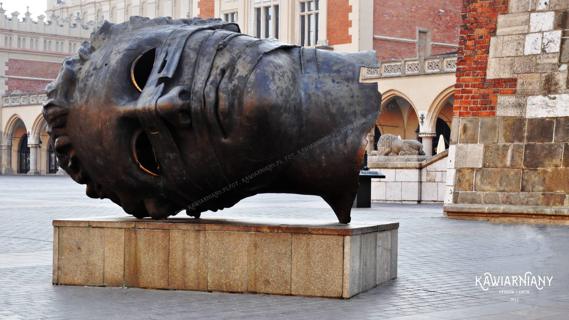 Głowa Mitoraja na Rynku w Krakowie. Rzeźba pod Wieżą Ratuszową