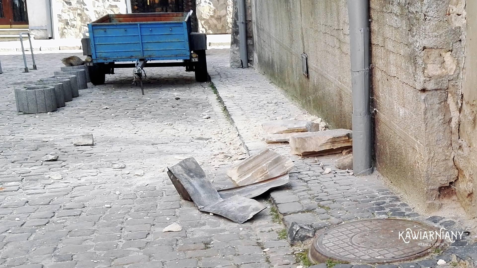 Uwaga na głowy i spadające fragmenty kamienic we Lwowie