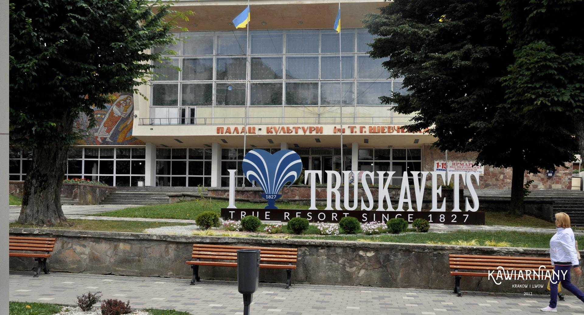 Dom kultury przy glównej spacerowej ulicy Bandery w Truskawcu