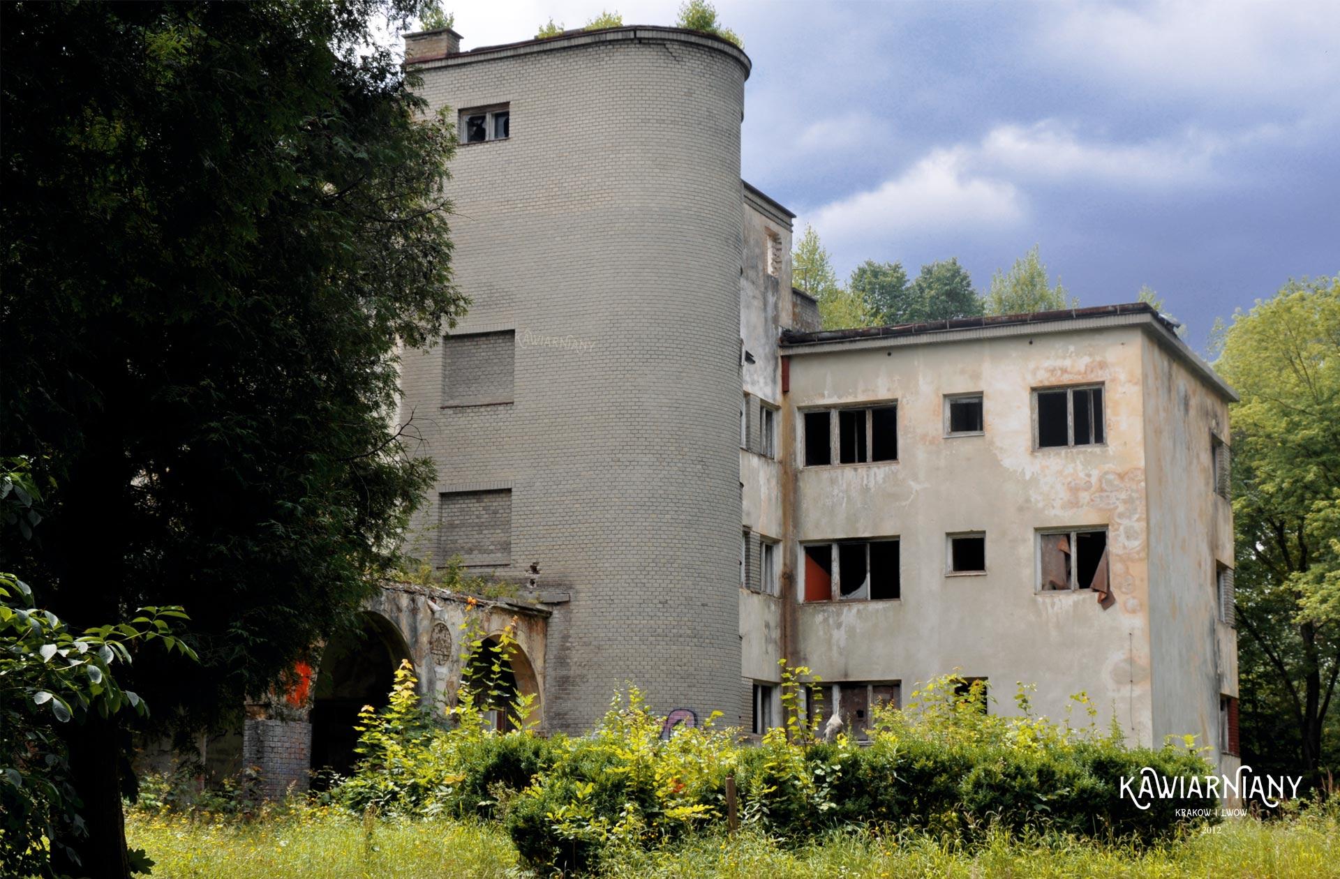 Ruina Oficerskiego Domu Wypoczynkowego przy d. ul. Szkolnej w Truskawcu
