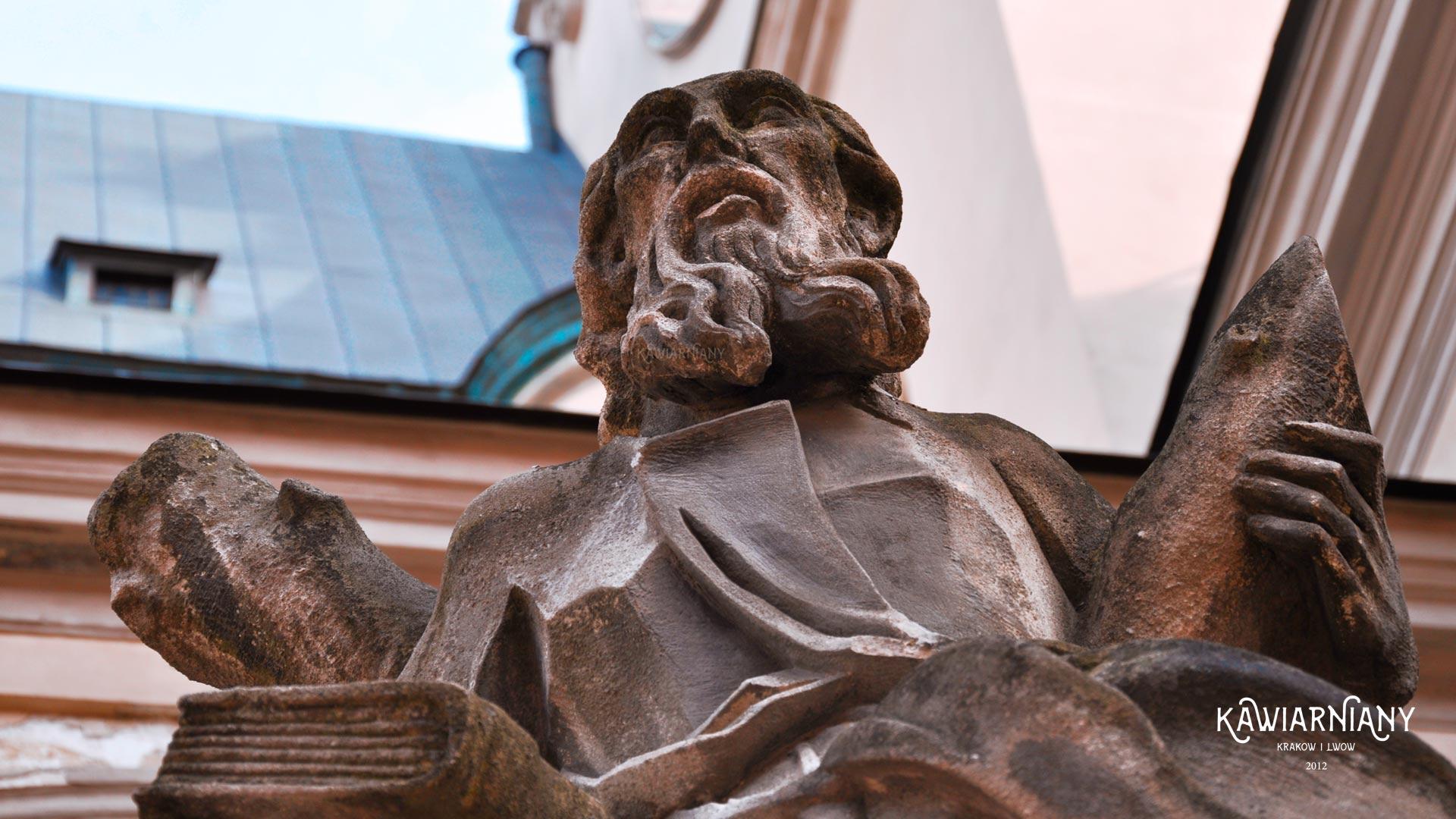 Rzeźby sprzed Katedry Łacińskiej w remoncie