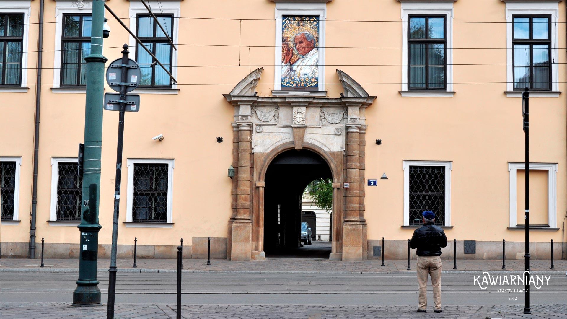 Okno Papieskie w Krakowie. Czy jest zamurowane? Czy jest mozaika?