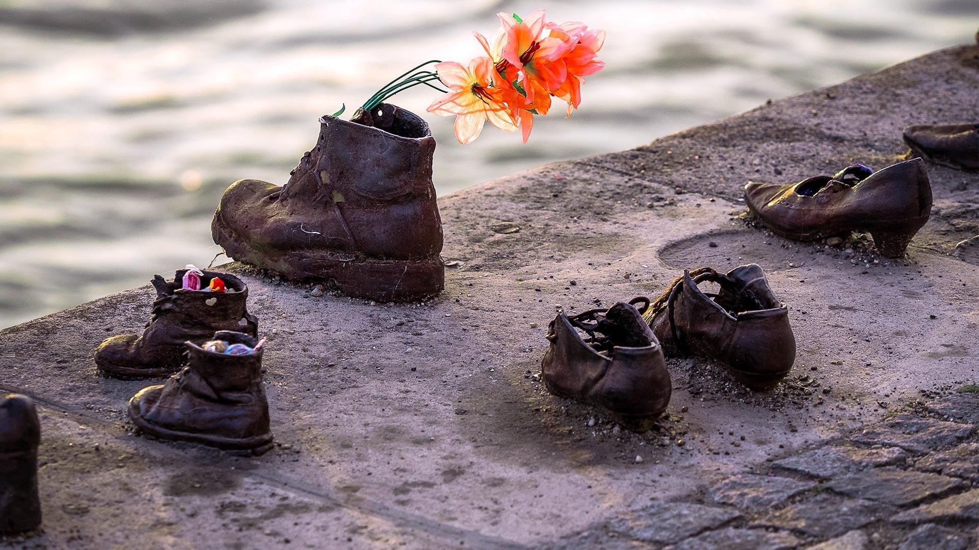 Buty na brzegu Dunaju w Budapeszcie – interpretacja, lokalizacja