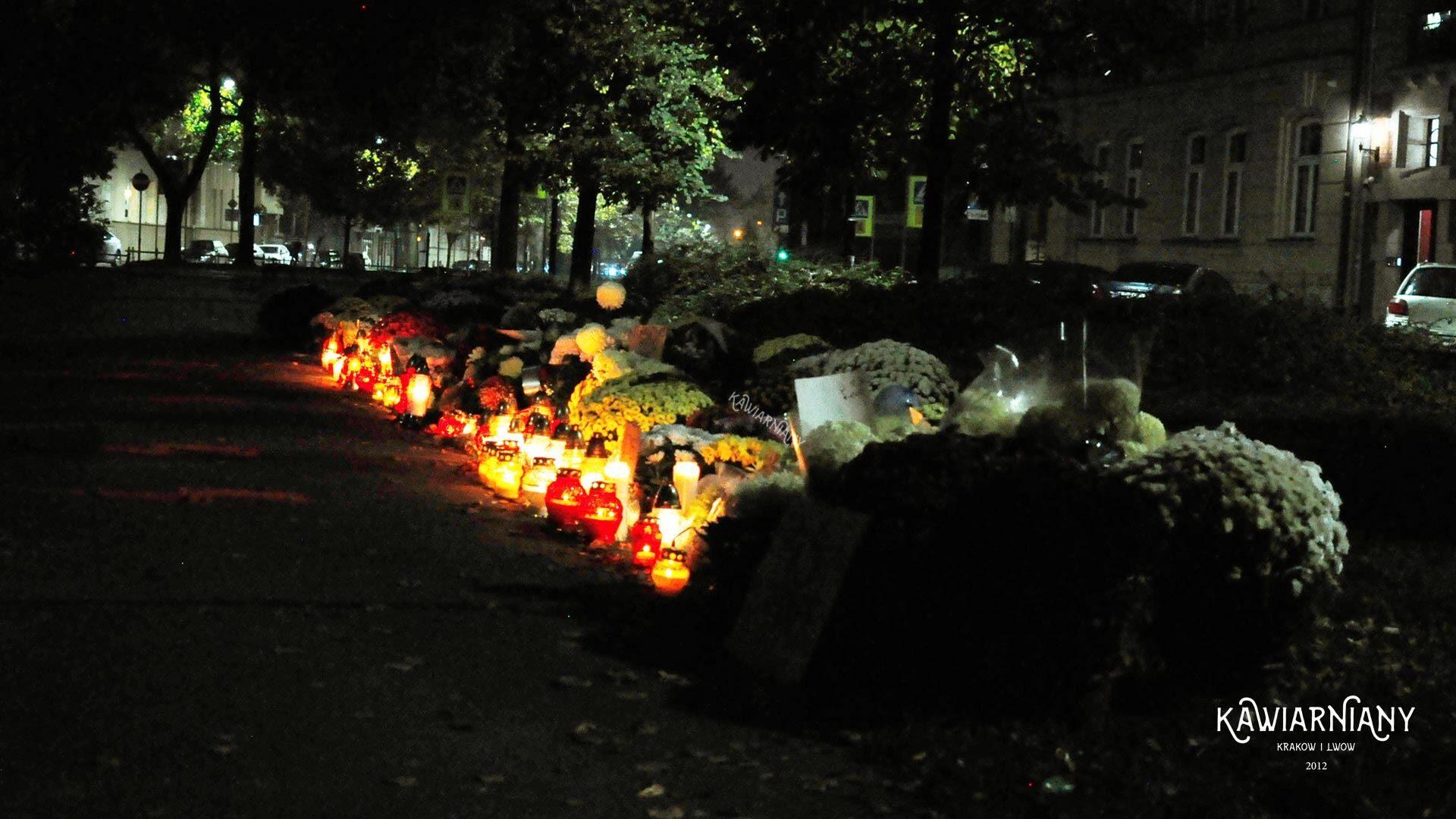 Nie na cmentarz to pod siedzibę PiS. Krakowianie składają znicza pod siedzibą partii