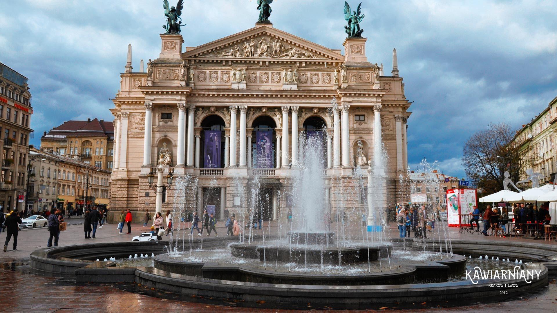 Nie tylko fontanna. Co jeszcze stało przed budynkiem opery we Lwowie?